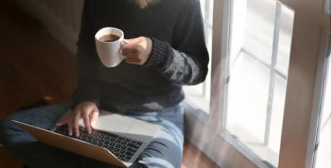 Foto Vrouw aan computer